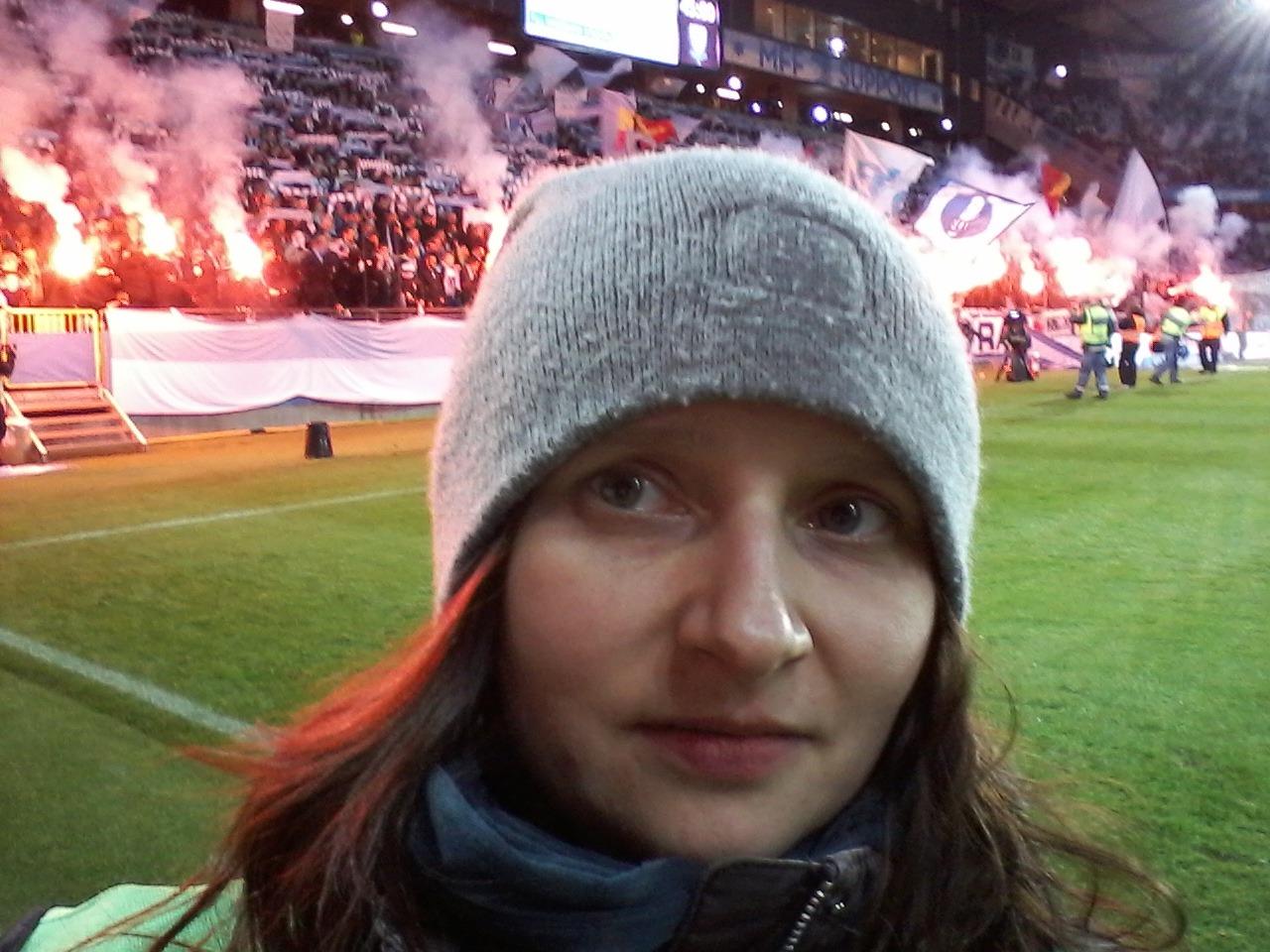 Doktoranden Katarzyna Herd står på en fotbollsarena där det brinner bengaler ab8b74e3f4d9a