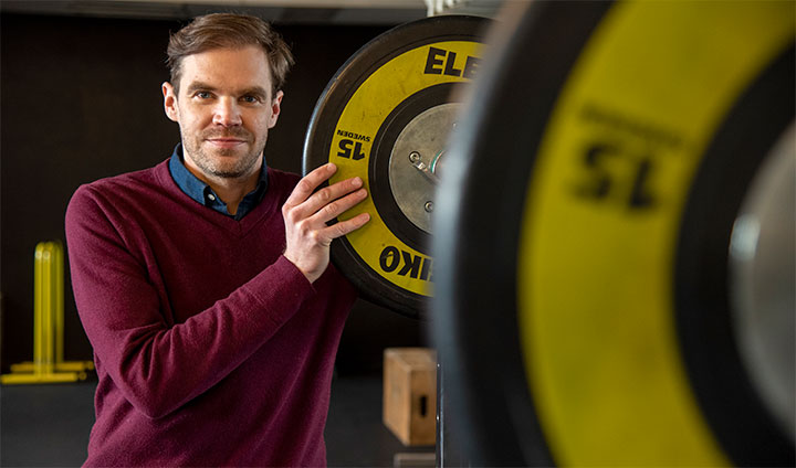 Bilden visar forskaren Peter Edholm i ett gym.