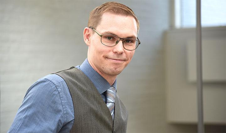 Bilden visar Simon Lundh, forskare vid Örebro universitet.